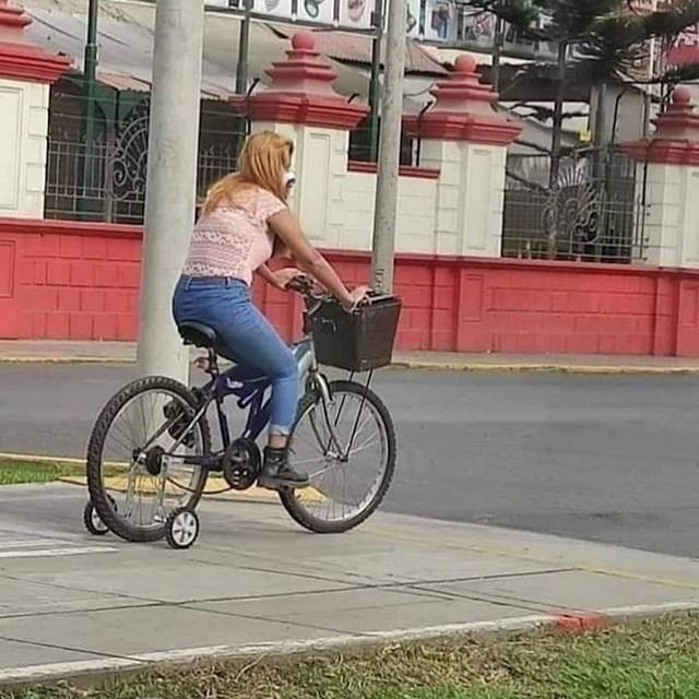 Pomoćni kotači na biciklu koji vozi odrasla osoba izazvale su smijeh, ali i val podrške...