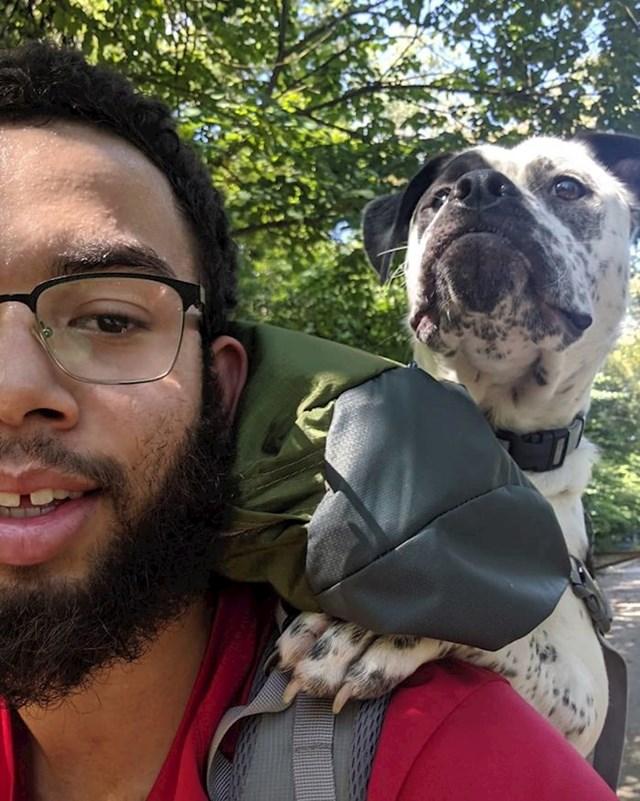 """19. """"Ovo je Floyd. Zbog genetske bolesti ne može puno šetati, ali sam danas otkrio da savršeno stane u moj ruksak, pa sam ga poveo na prvo zajedničko planinarenje. Čini se da mu se sviđa!"""""""