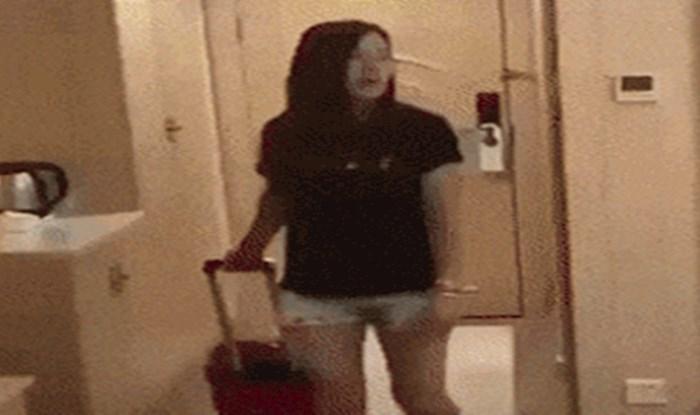 Djevojka je došla u hotelsku sobu i odmah se bacila na golemi krevet, no to je bila velika pogreška