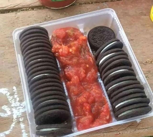 4. Jedna trudnica poželjela je nešto slatko i slano istovremeno. Rješenje su bili Oreo keksi i salsa umak...