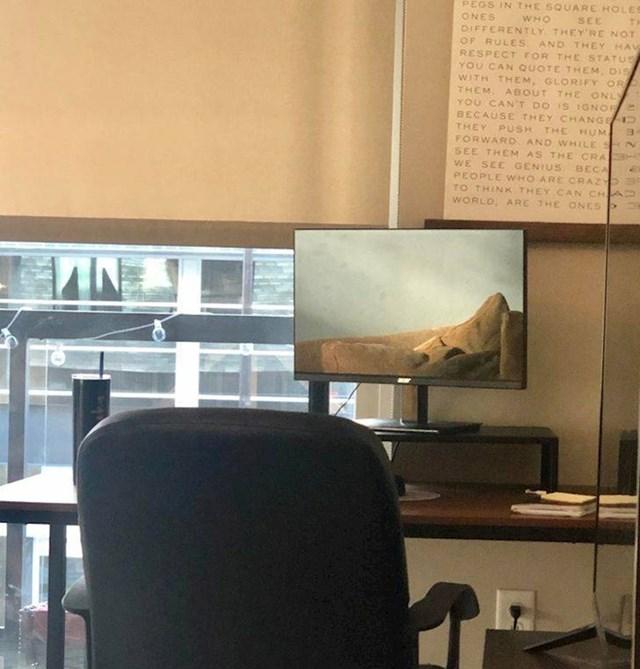 14. Nije slika zaslona, već refleksija kauča.