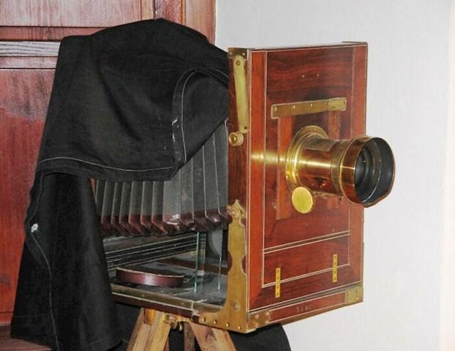 U viktorijansko doba bilo je normalno fotografirati mrtvace kao da su i dalje živi. Fotografija je tada bila jako rijetka i skupa, pa su se većinom ljudi prvi i posljednji put fotografirali tek nakon smrti.