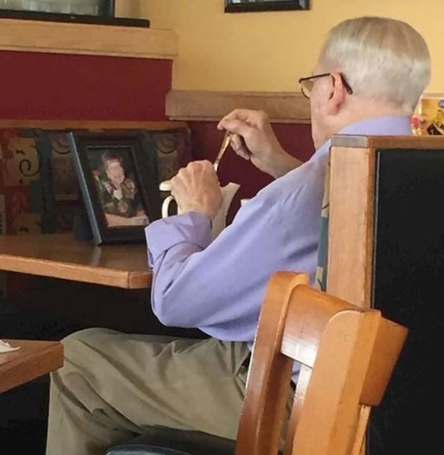 4. Djed koji pije kavicu sa svojom pokojnom suprugom