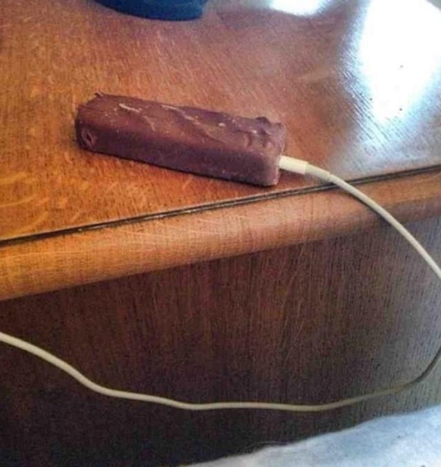 21. A ova legenda je umjesto mobitela punjač utaknula u čokoladicu.😂