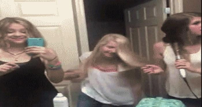 """Djevojke su se odlično zabavljale pjevajući u kupaonici, dok jedna od njih nije zgrabila """"mikrofon"""""""