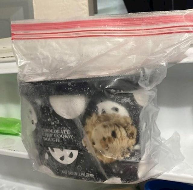 6. Stavite sladoled u plastičnu vrećicu, pa tek onda u frizer. Lakše će se vaditi i biti kremastiji.
