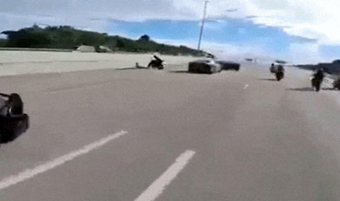 Policajac je epski okončao potjeru za bjeguncem na motoru