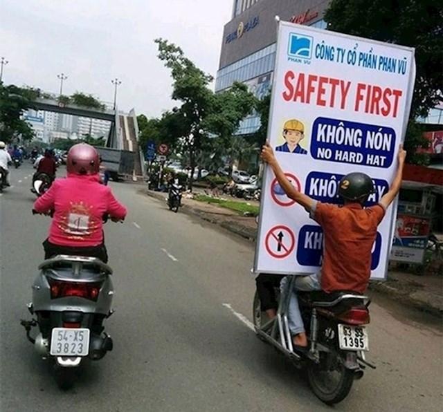 """3. Nosi tablu na kojoj piše """"sigurnost na prvom mjestu"""". Ironično."""