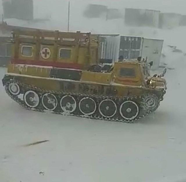 12. Ovakva vozila koristi hitna pomoć zimi u nekim dijelovima Rusije