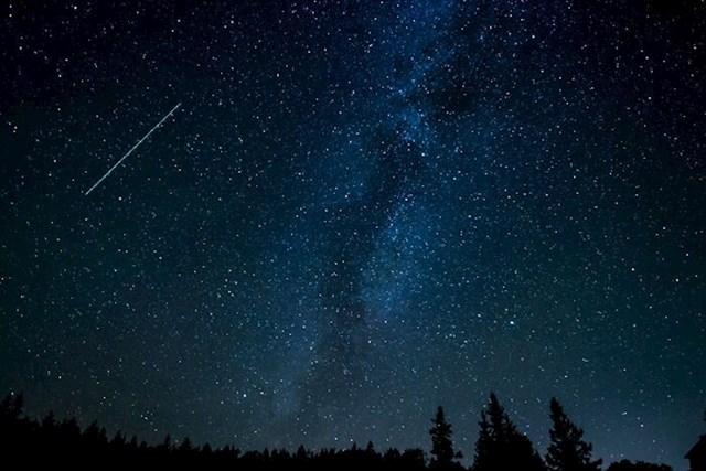 Noć je normalno stanje stvari u svemiru. Dan možemo iskusiti samo zahvaljući Suncu u našoj blizini.