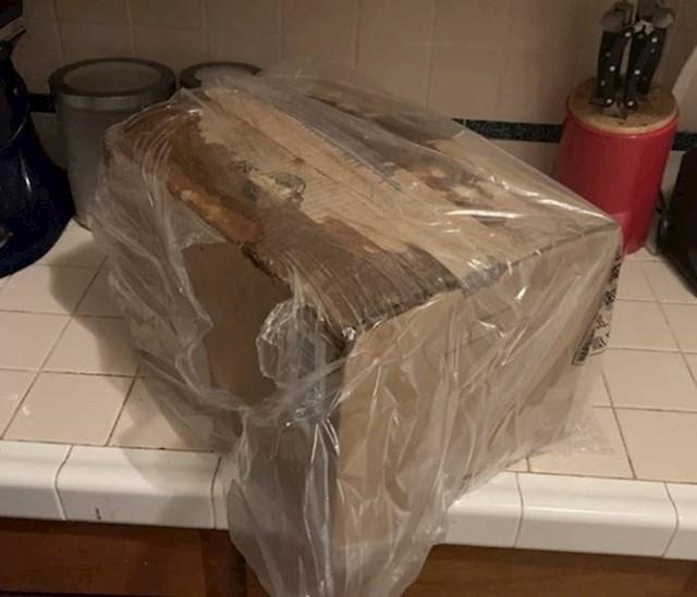 """""""Poštovani djelatnici pošte! Ako isporučujete kutiju, koja zvuči kao da je puna razbijenog stakla i morate ju obložiti vrećicom jer curi - e pa onda ste ju mogli radije zadržati!"""""""
