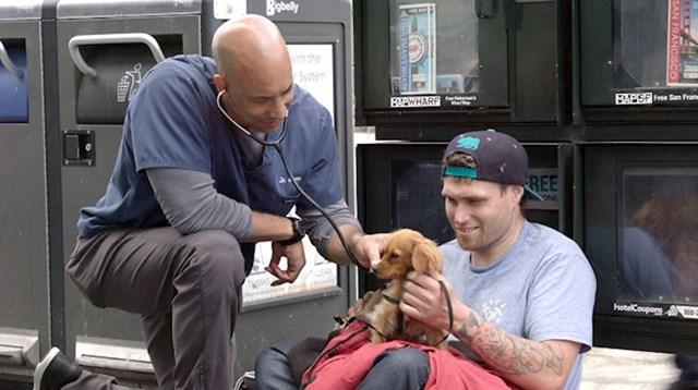 Simpatični veterinar mekog srca besplatno liječi ljubimce beskućnika.