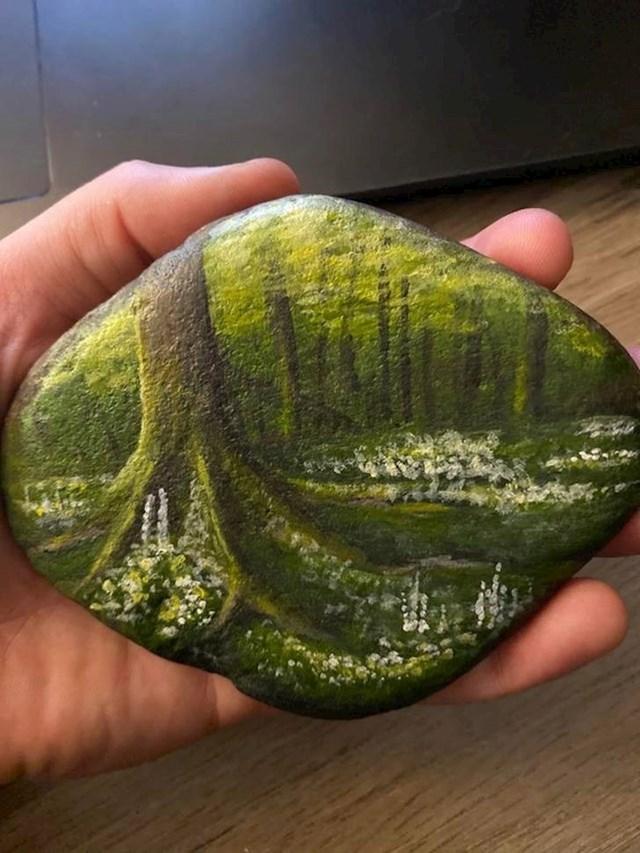 1. Moja cura bila je nezaposlena za Božić i nije imala novaca za poklon, pa mi je poklonila kamen koji je oslikala.