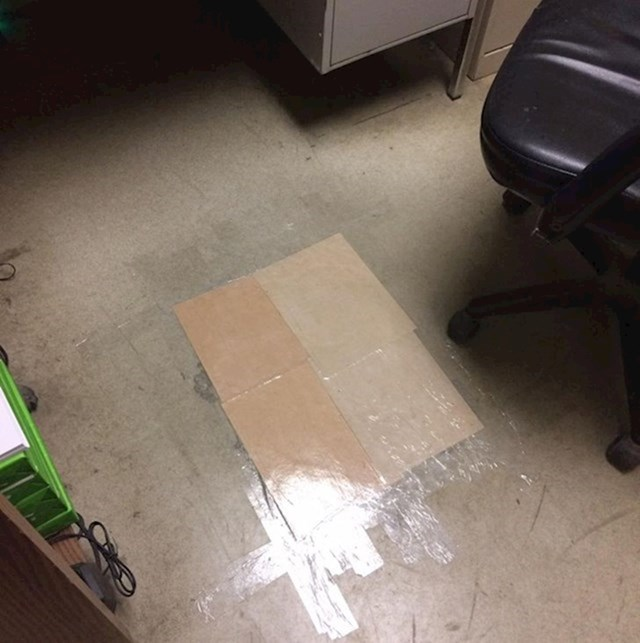 """12. """"Moj kolega s posla popravio je pod tako da je zalijepio dva kartona. Genijalac."""""""