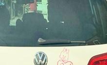 Turisti iz Češke izazvali su salve smijeha na Fejsu naljepnicom koja označava da se u autu vozi beba