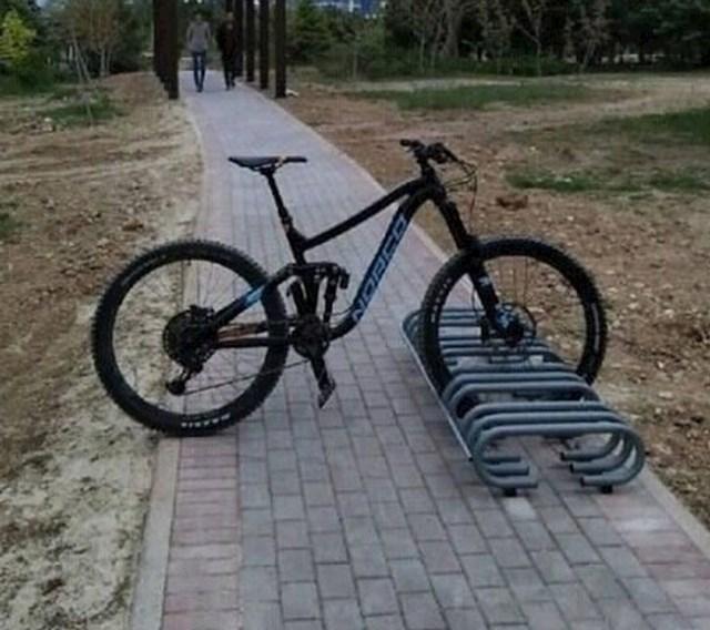 Ovaj bicikl je zapravo duh i svi mogu proći kroz njega.