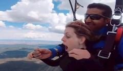 VIDEO Zaprosio je djevojku tijekom skoka padobranom i priredio joj iznenađenje života