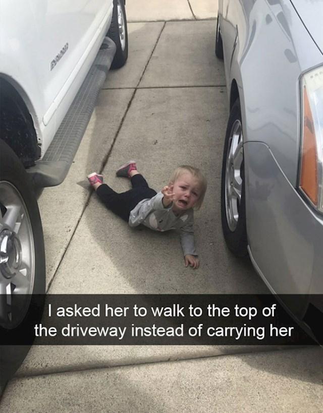 3. Zamolili su je da sama prohoda do kraja parkinga.