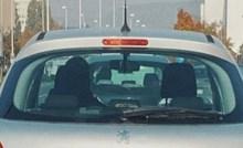 Netko je na auto nalijepio oznaku da je vozač početnik, ali se izlizala i skroz promijenila značenje