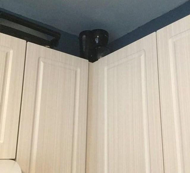 """10. """"Moj 13-godišnji sin koji je jako visok misli da je jako smiješno stavljati kuhinjske predmete izvan mojeg dosega."""""""