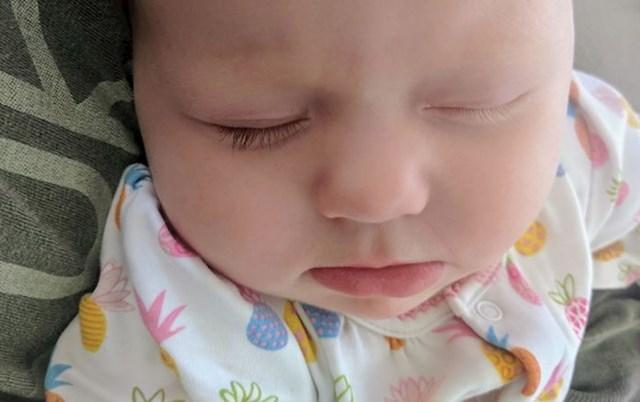 13. Naša kćer ima jednu smeđu, jednu plavu trepavicu.