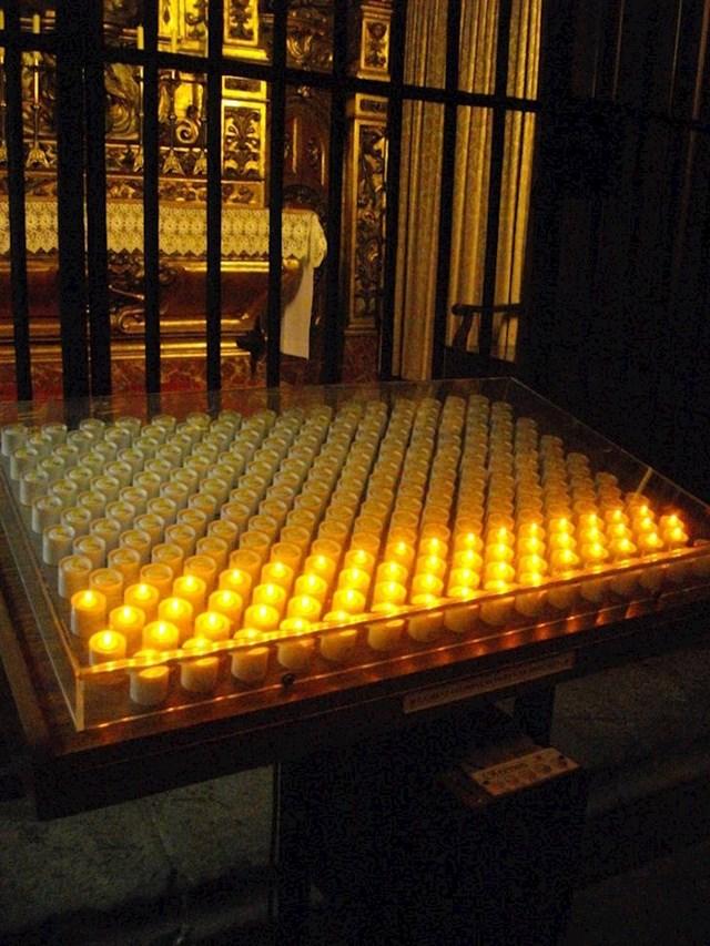 17. Neke crkve u Europi koriste električne svijeće - ubacite novčić i one zasvijetle.