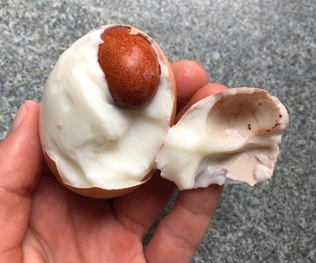 15. Čoko jaje unutar čoko jajeta.
