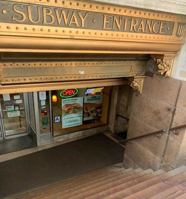 16. Stari ulaz u podzemnu željeznicu poslužio je kao kul ulaz u restoran brze prehrane Subway