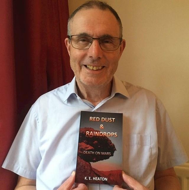"""""""Moj tata koji je umirovljeni trgovac konačno je ostvario svoj san i izdao vlastitu knjigu."""""""