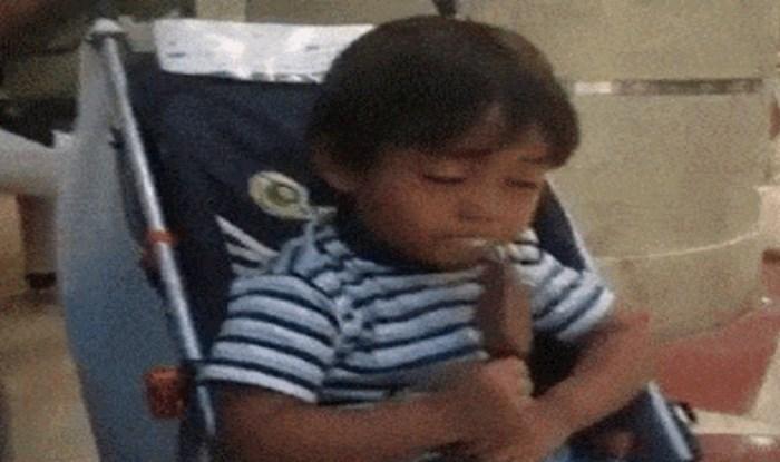 Urnebesna snimka umornog dječaka koji se trudi ne zaspati dok liže sladoled