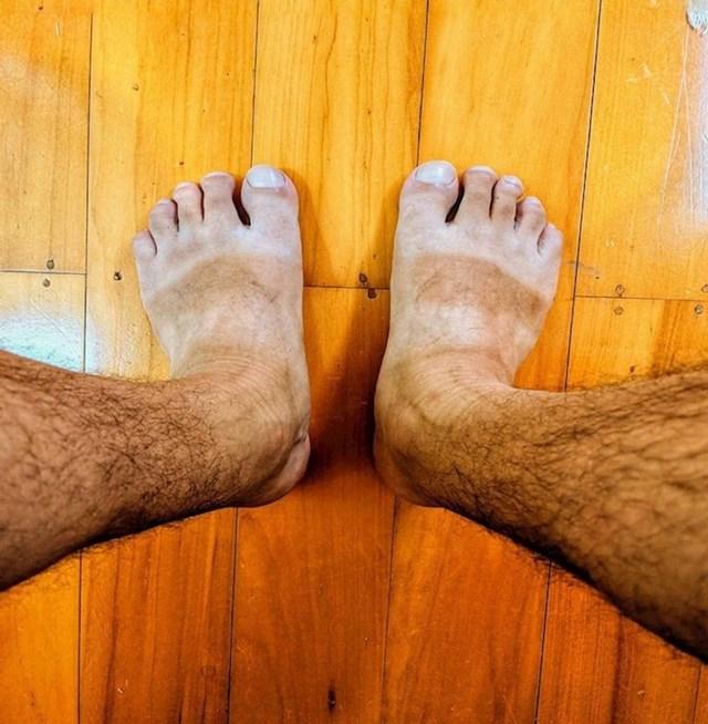 1. Jako je visok i mršav, a ima malena i debela stopala.