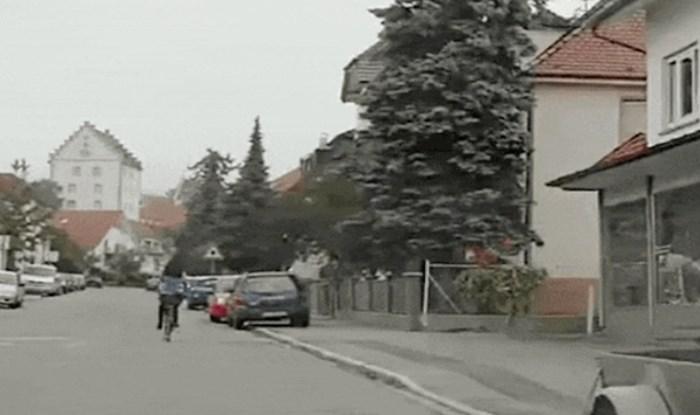 Ovoj biciklistici logika nije jača strana, pogledajte kako signalizira da skreće udesno