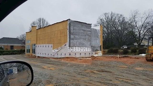 8. Radnici su prekinuli gradnju Burger Kinga jer su okrenuli zgradu na krivu stranu.