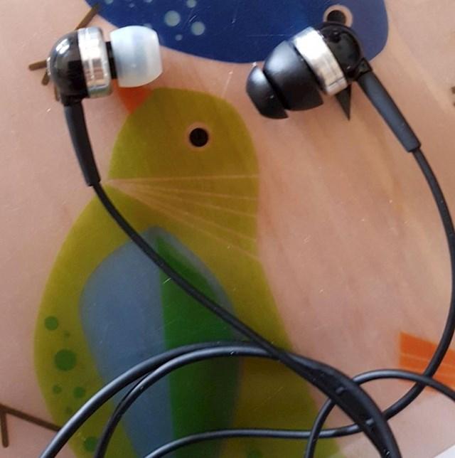 15. Moja cura ima različite slušalice. I baš ju briga.