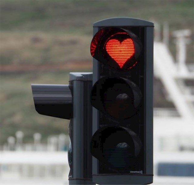 9. Na semaforima u gradu Akureyri se umjesto krugova nalaze srca