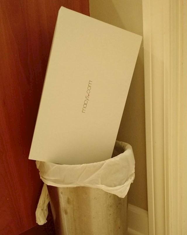 5. Ovako ona baca kutije u smeće.
