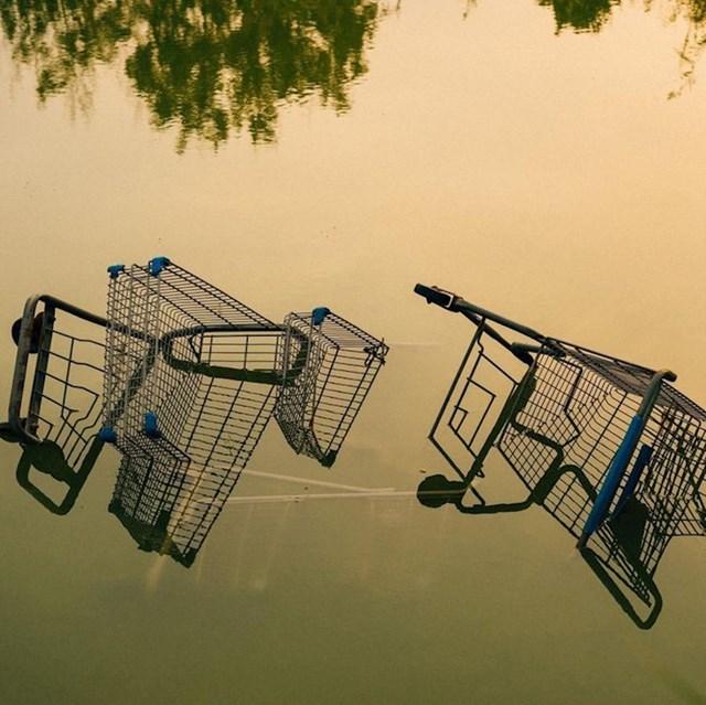 4. Napuštena kolica za kupovinu i zanimljive sjene koje su proizvela.