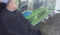 Pogledajte kako je frizer uspio klijentima osigurati šišanje uz poštivanje propisanog razmaka