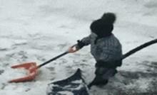 Preslatka nespretna beba baš se potrudila očistiti snijeg lopatom