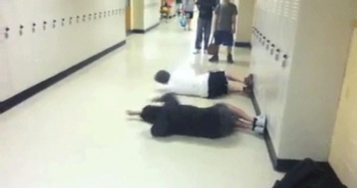 Pronašli su stvarno neobičan način zabave u školskom hodniku