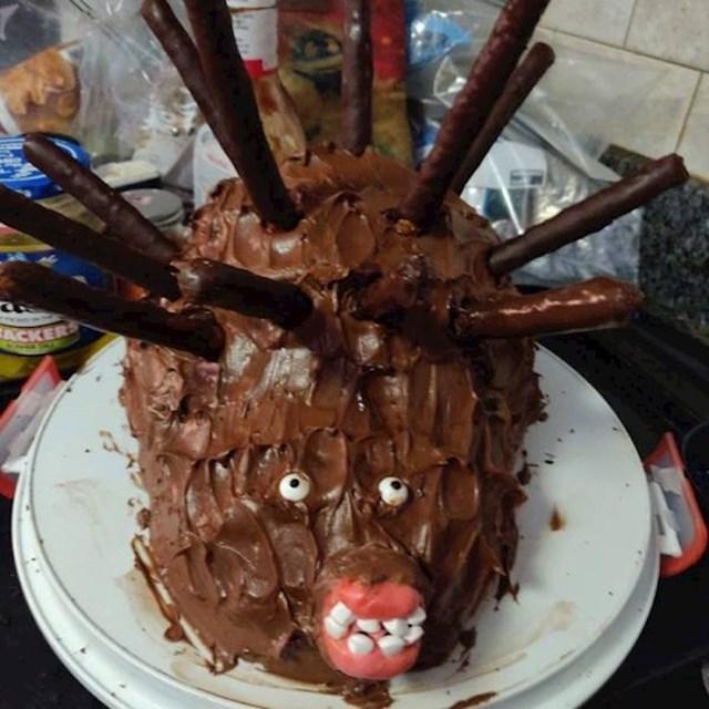 """1. Pokušala je napraviti tortu za dječji rođendan. Na kraju je jedno dijete počelo vrištati kad je ugledalo ovog """"ježa"""".😂"""
