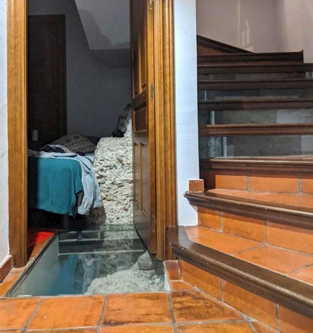 13. Apartman kojeg smo unajmili u Sevilli izgrađen je na vrhu starih gradskih zidina. Nismo znali da je njihov dijelić u jednoj od soba.