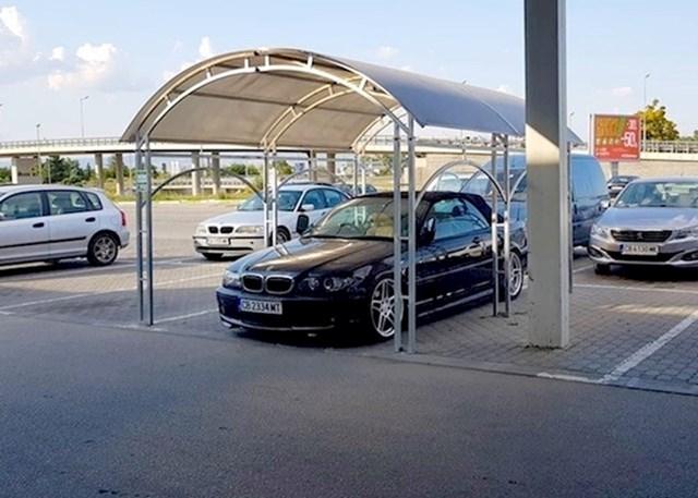 2. Misli da je odlagalište za kolica njegov privatni parking.