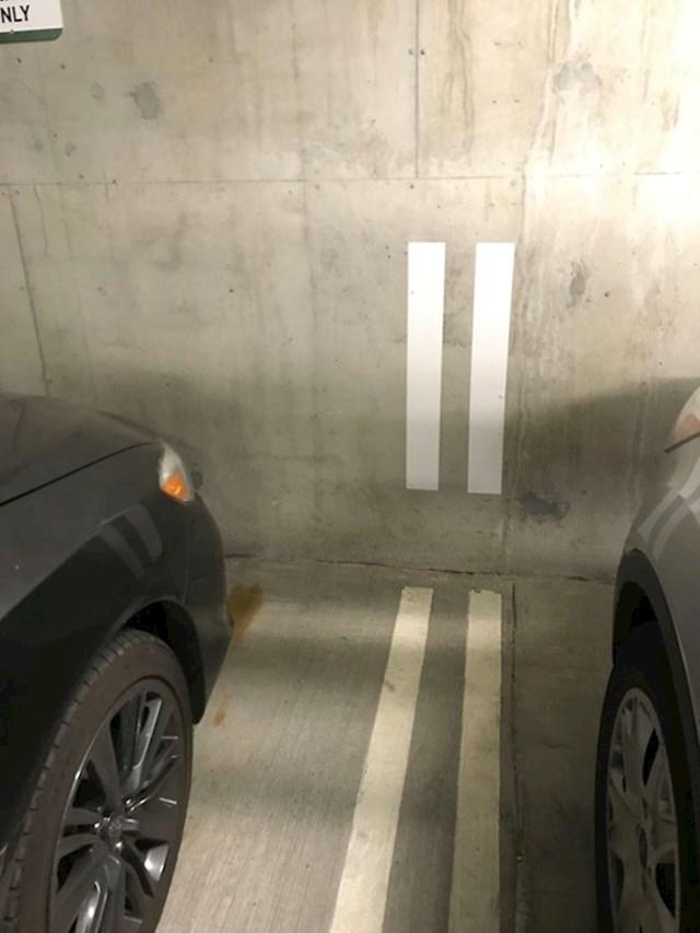 Crte na zidu olakšavaju parkiranje.