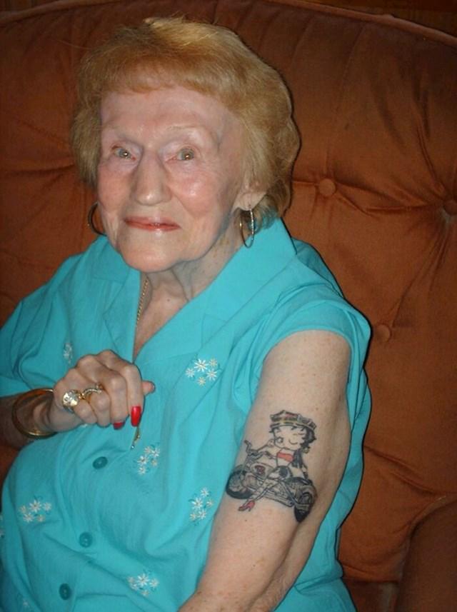 17. 90-godišnja bakica koja je odlučila da je vrijeme da si napravi tetovažu