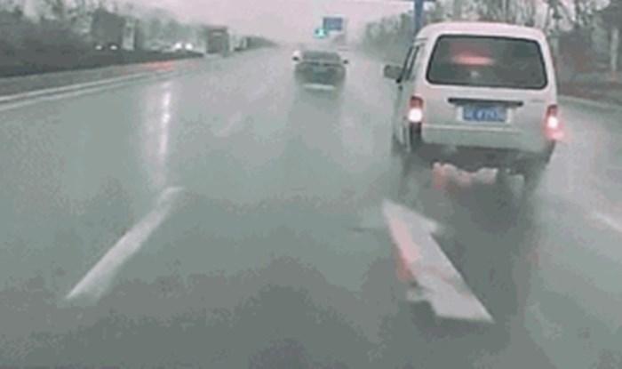 Vozač kombija nevjerojatnim manevrom uspio je za dlaku izbjeći sudar