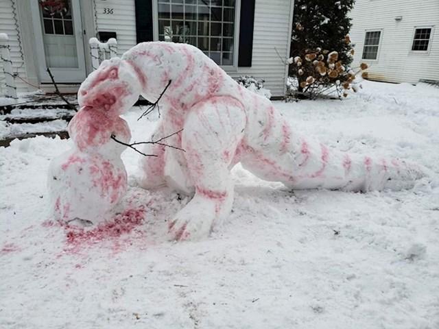 """2. """"Susjed je napravio ovu snježnu skulpturu dinosaura u svojem dvorištu."""""""