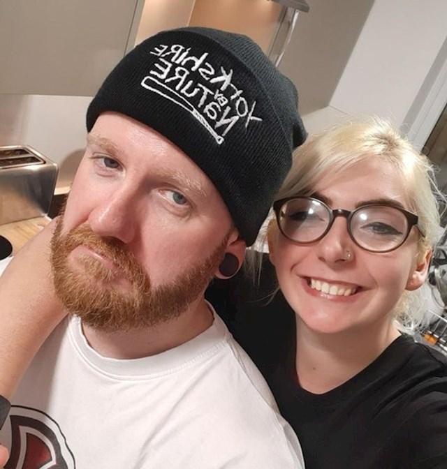 12. Njoj su 24 godine, a njemu 41.