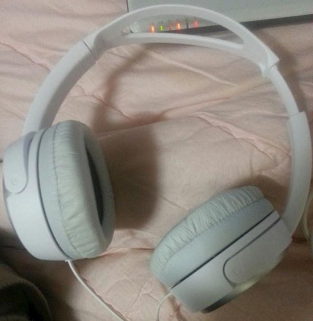 6. Kako moja cura namješta svoje slušalice...