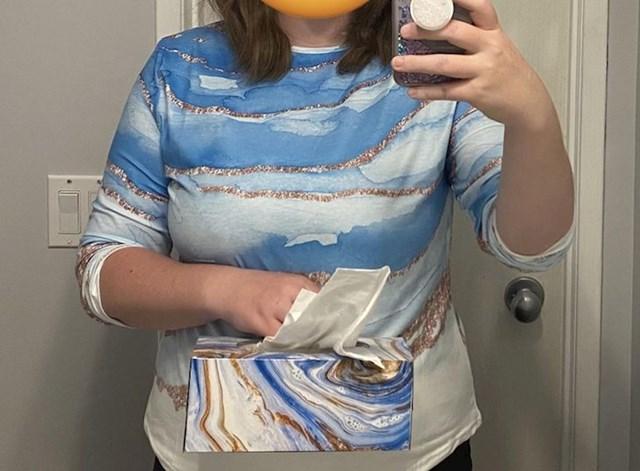 8. Kupila je majicu i skužila da paše uz kutiju maramica